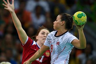 Нора Мёрк (справа) против сборной России на Олимпийских играх-2016