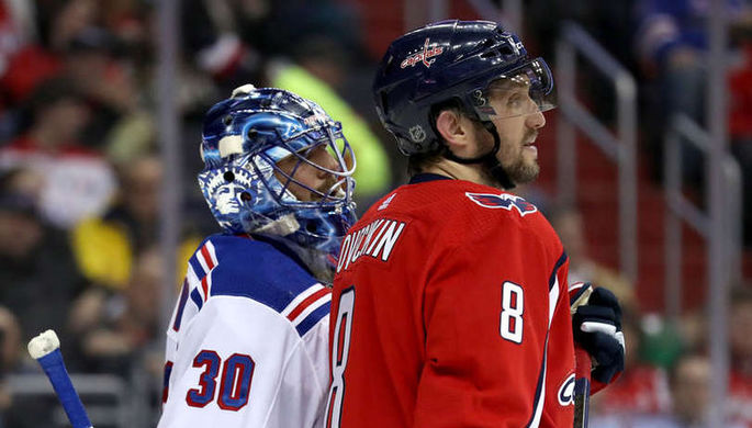 Александр Овечкин (справа) снова сыграет в плей-офф НХЛ