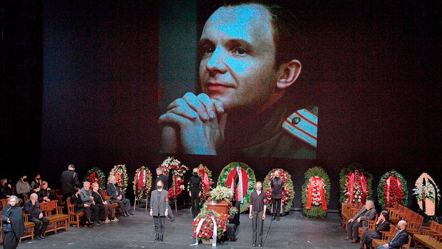 Актер Авангард Леонтьев во время церемонии прощания с Андреем Мягковым в МХТ имени А.П.Чехова, 20 февраля 2021 года