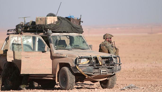 Военнослужащий США стоит около автомобиля к северу от сирийской Ракки, 6 ноября 2016 года
