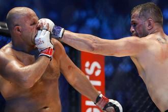 В бою против Фабио Мальдонадо (справа) Федору Емельяненко пришлось нелегко