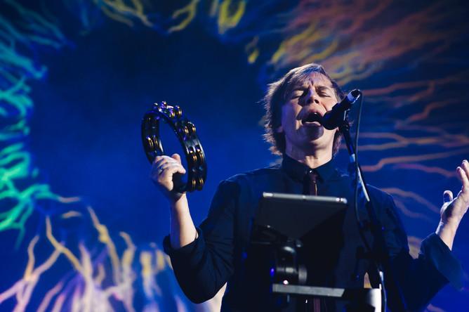 Солист группы «Мумий тролль» Илья Лагутенко во время концерта в Москве, 2017 год