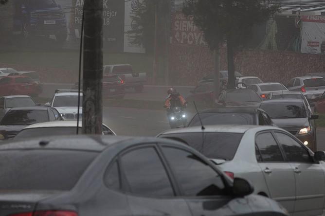 Водители пробираются через вулканическую пыль