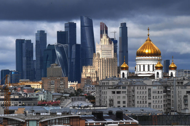 Вид на небоскребы делового центра «Москва-сити» и Храм Христа Спасителя в Москве.
