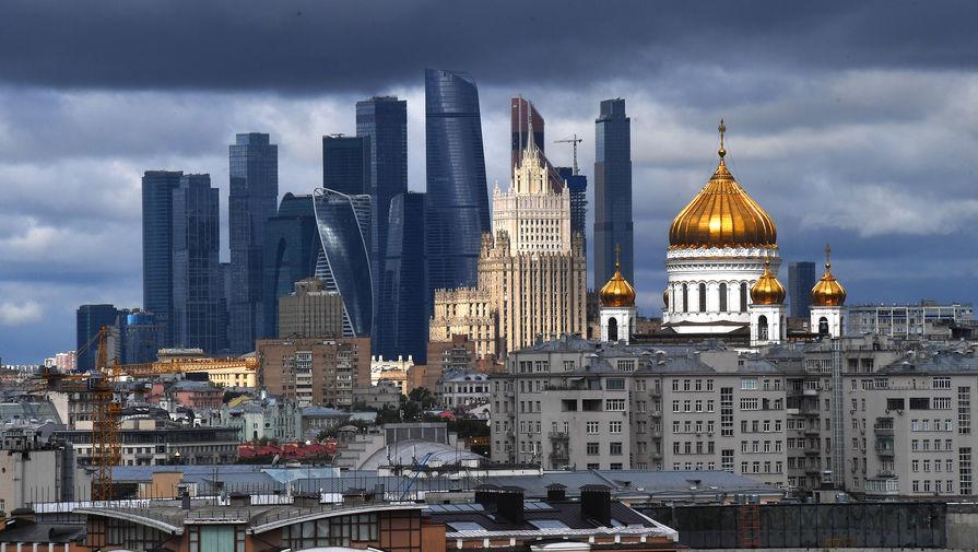 Вид на небоскребы делового центра «Москва-сити» и Храм Христа Спасителя в Москве