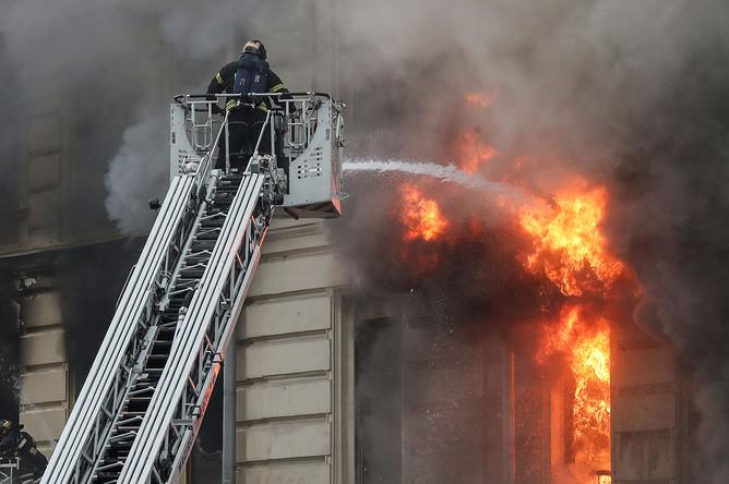 На месте пожара в жилом доме на Тверской улице в центре Москвы, 2 июля 2020 года