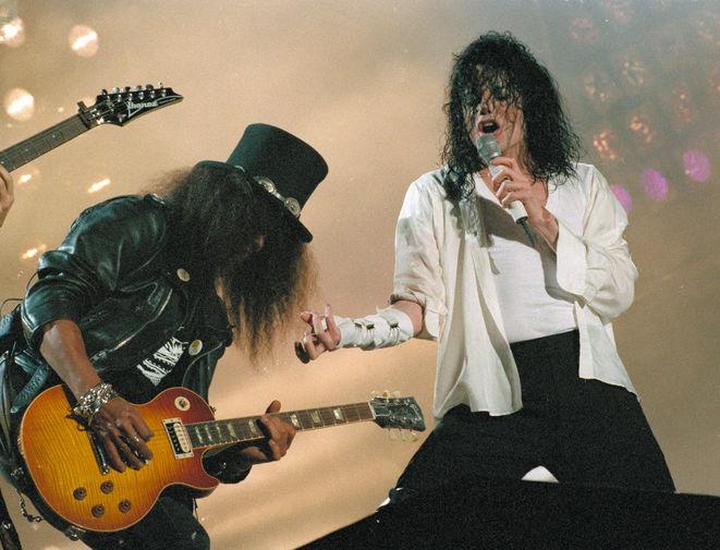 Слэш и Майкл Джексон во время выступления в Токио в рамках мирового тура Джексона в поддержку альбома «Dangerous», 1992 год