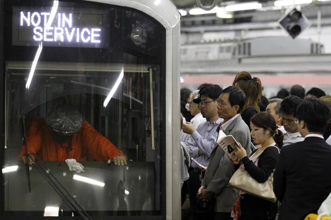 Движение поездов токийского метрополитена нормализовалось только к ночи, когда центр тайфуна миновал...