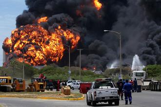Пожар на нефтеперерабатывающем заводе в Венесуэле разрастается