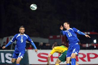 Ведад Ибишевич (слева) стал автором исторического для сборной Боснии и Герцеговины гола, который позволил этой сборной впервые отобраться в финальную стадию чемпионата мира.