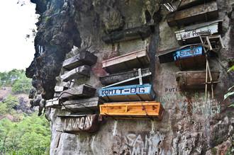 В Филиппинах жители горной провинции Сагада уже на протяжении двух с лишним тысяч лет хоронят своих умерших в так называемых «висячих гробах»