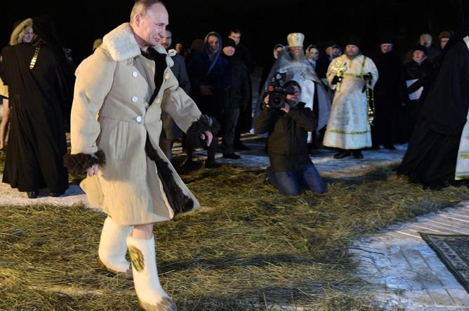 Президент России Владимир Путин около иордани во время крещенских купаний в мужском монастыре Нило-Столобенской пустыни на озере Селигер, 19 января 2018 года