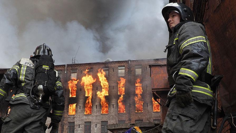 Пожар в здании фабрики «Невская мануфактура» на Октябрьской набережной в Санкт-Петербурге, 12 апреля 2021 года
