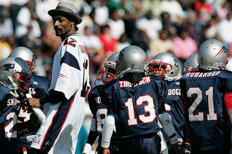 С членами своей команды по американскому футболу Snoop All-Stars перед матчем во Флориде, 2005 год