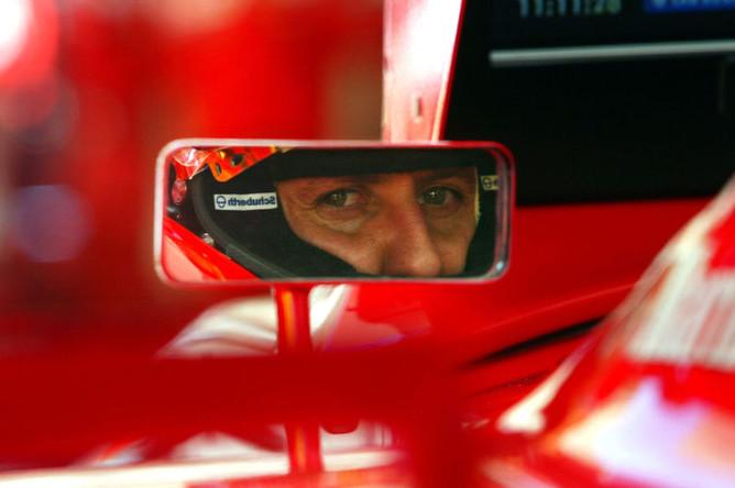 Михаэль Шумахер смотрит в зеркало заднего вида своего Ferrari, Монако, 2003 год