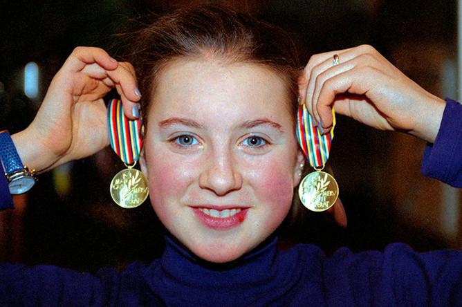 Двукратная Чемпионка Европы по фигурному катанию в одиночном катании Ирина Слуцкая со своими золотыми медалями, 1997 год