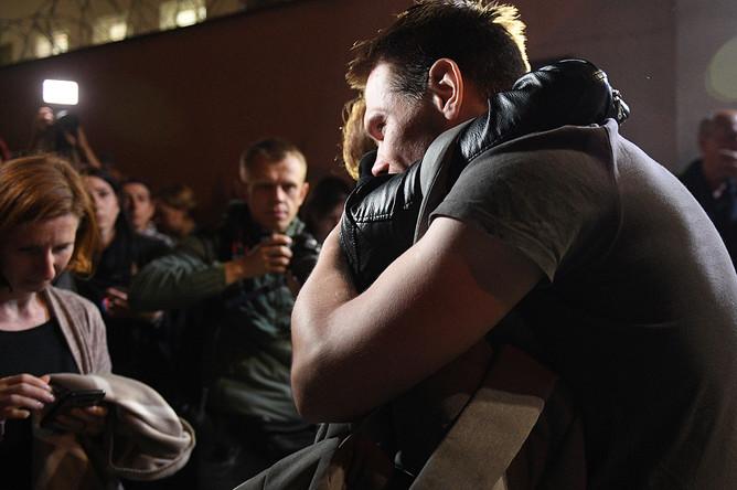 Задержанный в ходе акции протеста после освобождения из Центра изоляции правонарушителей на улице Окрестина в Минске, 14 августа 2020 года
