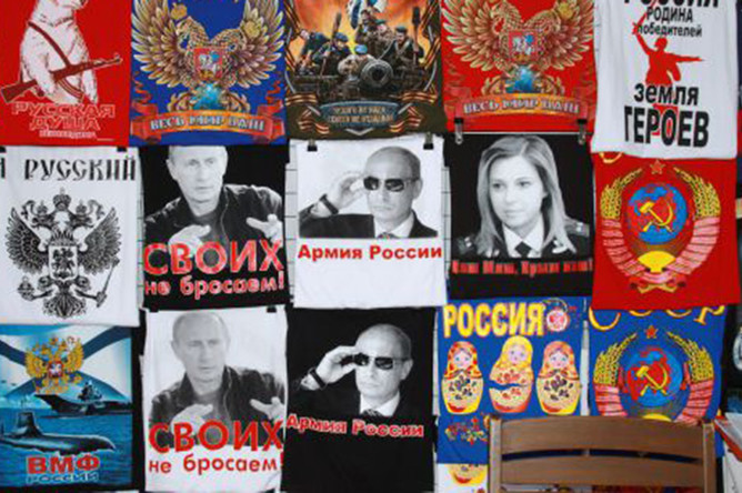 Футболки, продающиеся на одном из рынков Крыма