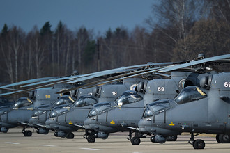 Вертолеты Ми-35 на взлетной полосе во время совместной тренировки групп парадного строя авиации к параду Победы на военном аэродроме Кубинка в Московской области