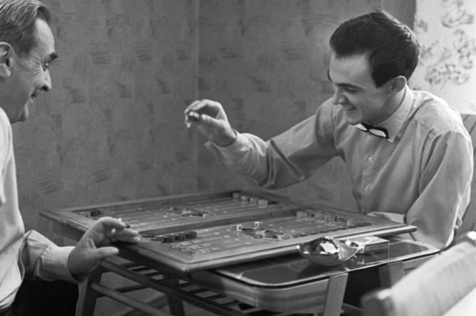 Муслим Магомаев и его дядя Джамал играют в нарды, 1963 год