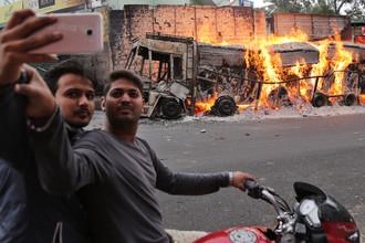 Селфи на фоне горящего грузовика в индийском штате Тамилнад