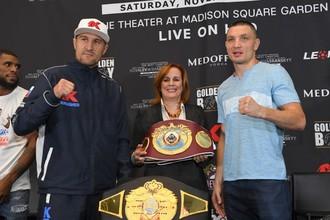Российский боксер Сергей Ковалев (слева) и украинец Вячеслав Шабранский
