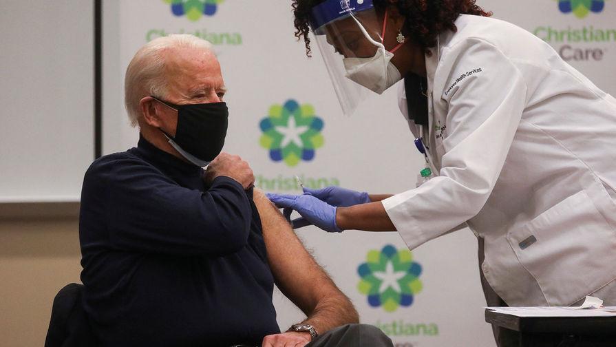 Президент США Джо Байден сделал прививку против коронавируса в начале года