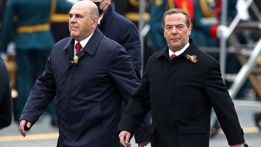 Премьер-министр РФ Михаил Мишустин и заместитель председателя Совета безопасности РФ Дмитрий Медведев перед началом парада, посвященного 76-й годовщине Победы в Великой Отечественной войне, 9 мая 2021 года