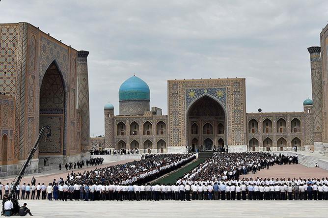 Траурный молебен по поводу кончины президента Узбекистана Ислама Каримова возле медресе Тилля-Кори в Самарканде