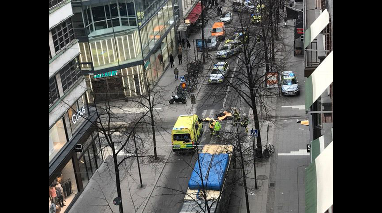Видео наезда грузового автомобиля натолпу людей вСтокгольме появилось вweb-сети