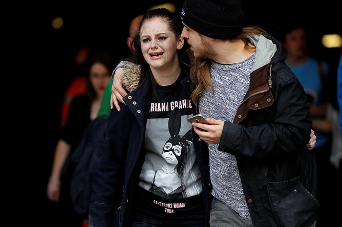 Посетители у торгового центра рядом со стадионом в Манчестере, где произошел теракт, 23 мая 2017 года