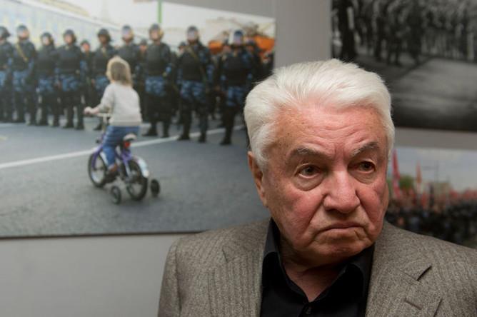 Писатель Владимир Войнович во время открытия фотовыставки, посвященной событиям 6 мая 2012 года на Болотной площади Москвы, 2013 год