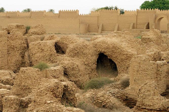 Руины Вавилона в Ираке и надстройки времен правления Саддама Хусейна, 2010 год
