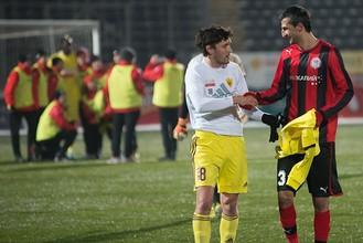 Полузащитник «Анжи» Юрий Жирков и хавбек «Амкара»Митар Новакович поздравляют друг друга после матча