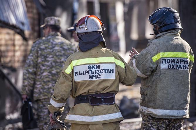 Сотрудники МЧС возле кафе «Антошка» на пересечении улиц Чуй и Эркиндик в Бишкеке, где произошли три взрыва и пожар, 9 ноября 2019 года