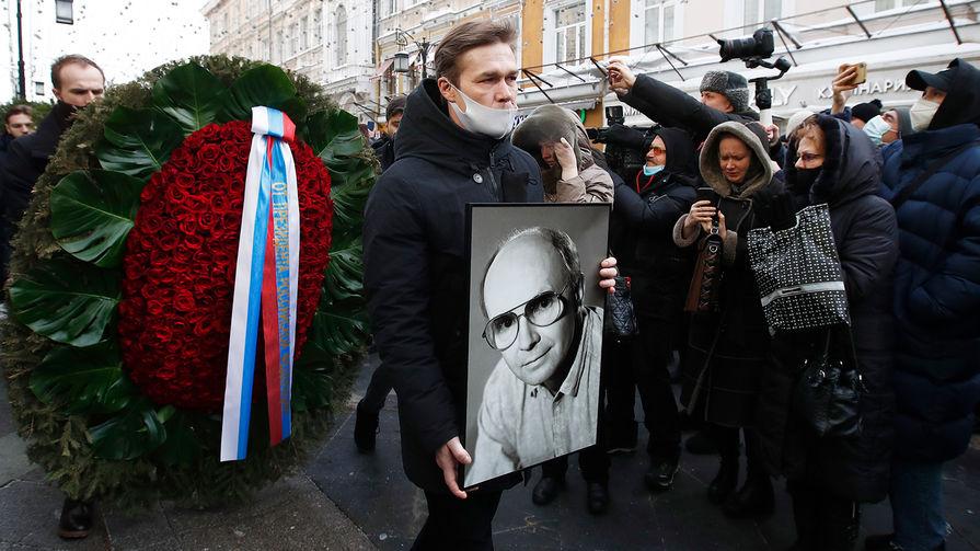 Актер Артем Быстров во время выноса гроба с телом Андрея Мягкова после церемонии прощания у здания МХТ имени А.П.Чехова, 20 февраля 2021 года