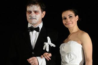 Александр Матросов (Фридрих Мурк) и Александра Урсуляк (Анна Балике) в сцене из спектакля «Барабаны в ночи»