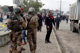 Иракские силы безопасности на месте теракта в Мадинат-эс-Садр, пригороде Багдада, 2 января 2017 года