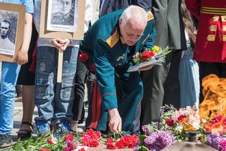 Ветеран ВОВ возлагает цветы к Вечному огню в Тбилиси