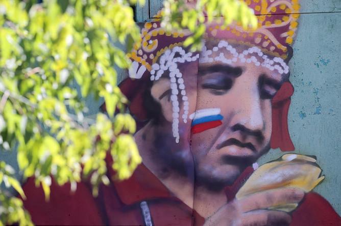 Граффити в Москве с изображением болельщиков на матче Россия — Испания, 3 июля 2018 года