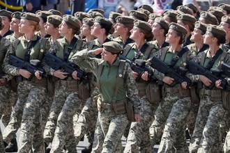 Женщины-военнослужащие во время военного парада в честь Дня независимости Украины в Киеве, 24 августа 2018 года