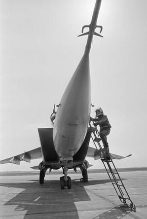 Летчик поднимается в кабину МиГ-25 перед полетом, 1986 год