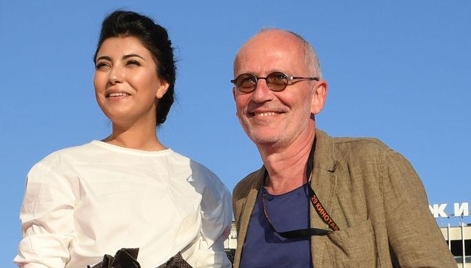 Александр Гордон и его супруга Нозанин Абдулвасиева на красной дорожке перед торжественной церемонией закрытия фестиваля «Кинотавр» в Сочи, 2018 год