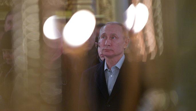 Президент России Владимир Путин во время литургии в соборе мужского монастыря Нило-Столобенской...