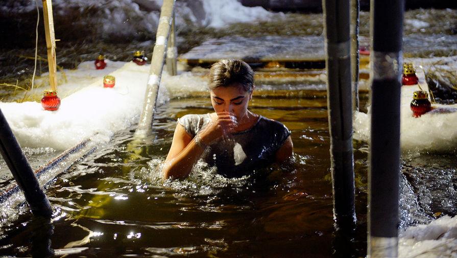 Девушка во время крещенских купаний на Верх-Исетском пруду в Екатеринбурге