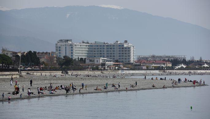 Отдыхающие на пляже Имеретинской набережной в Сочи