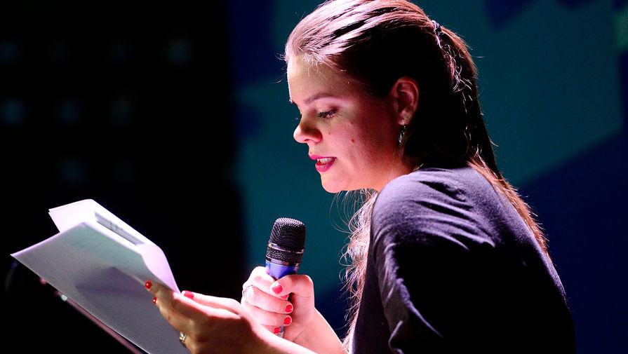 Полозкова впервые выступила перед публикой со своими стихами в 2007 году в культурном центре «Булгаковский дом». На фото Вера Полозкова на пионерских чтениях журнала «Русский пионер» в театре «Модерн» в Москве, 2017 год