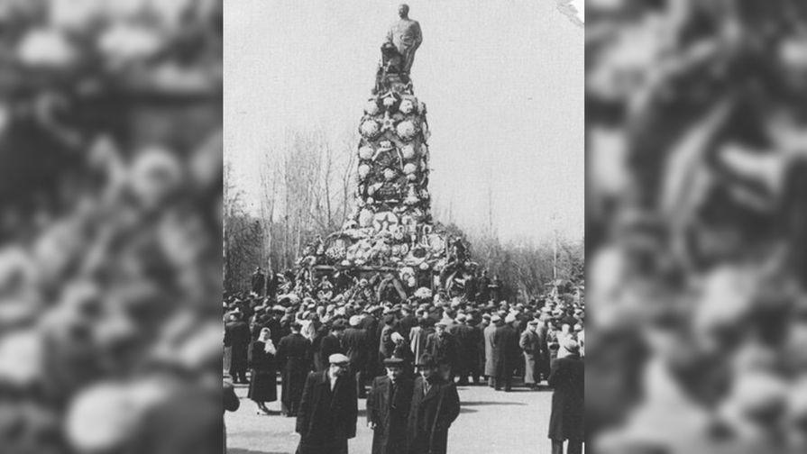 Памятник Сталину в Тбилиси, 1956 год