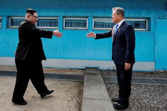 Высший руководитель КНДР Ким Чен Ын и президент Республики Корея Мун Джэин во время встречи в демилитаризованной зоне, 27 апреля 2018 года
