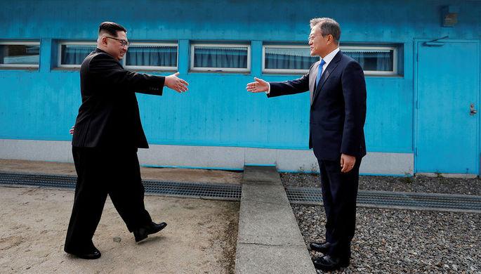 Высший руководитель КНДР Ким Чен Ын и президент Республики Корея Мун Джэин во время встречи в...